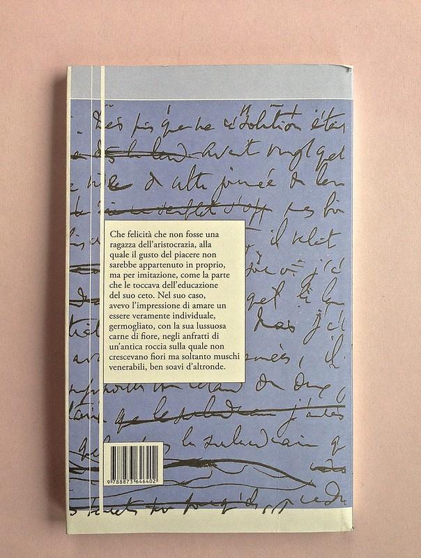 La ragazza con le rose rosse, di Marcel Proust. Nuova Editrice Berti 2014. [Responsabilità grafica non indicata]. Quarta di copertina (part.), 1