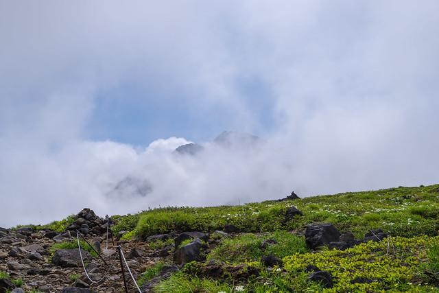 御田ヶ原へ向かうとガスが切れ始めて山頂付近が見えてきた!