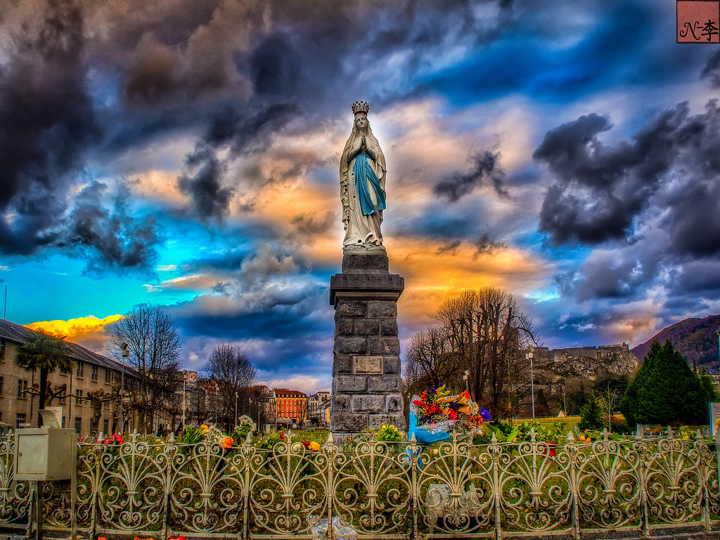 vierge couronnee, Lourdes, France  (1 of 1)