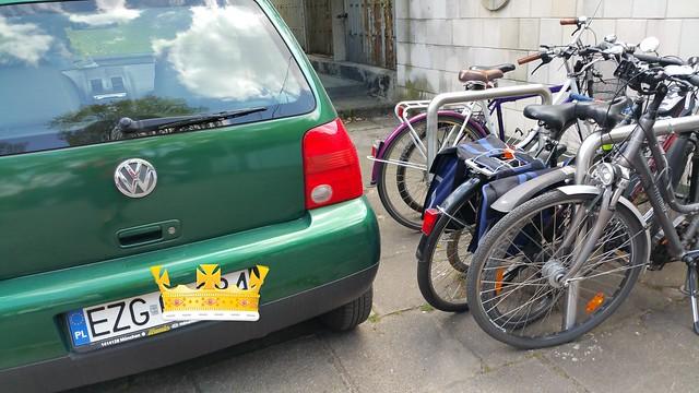 Inteligentny inaczej kierowca zastawiający stojaki dla rowerów.