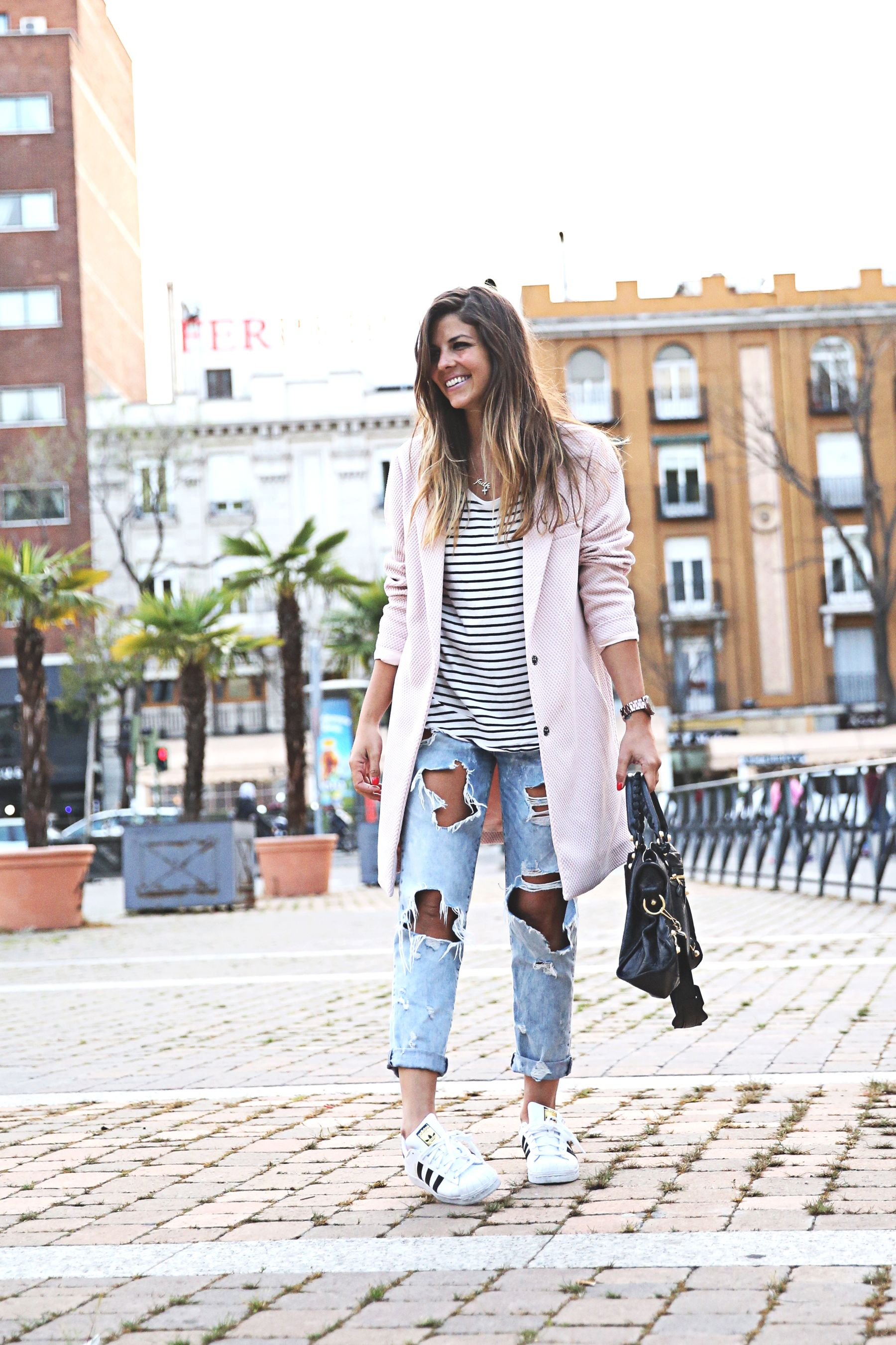 trendy-taste-look-outfit-street-style-sport-chic-camiseta-rayas-navy-marinero-boyfriend-ripped-jeans-vaqueros-rotos-adidas-superstar-6