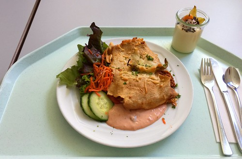Crepe stuffed with chili con carne & salad / Gefüllter Crepe mit Chili con Carne & Salat