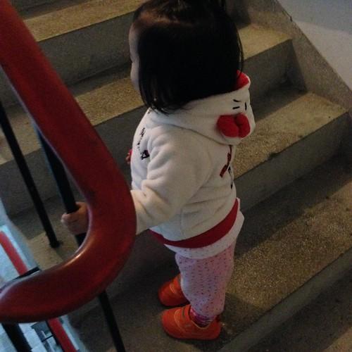 會自己爬樓梯了:)