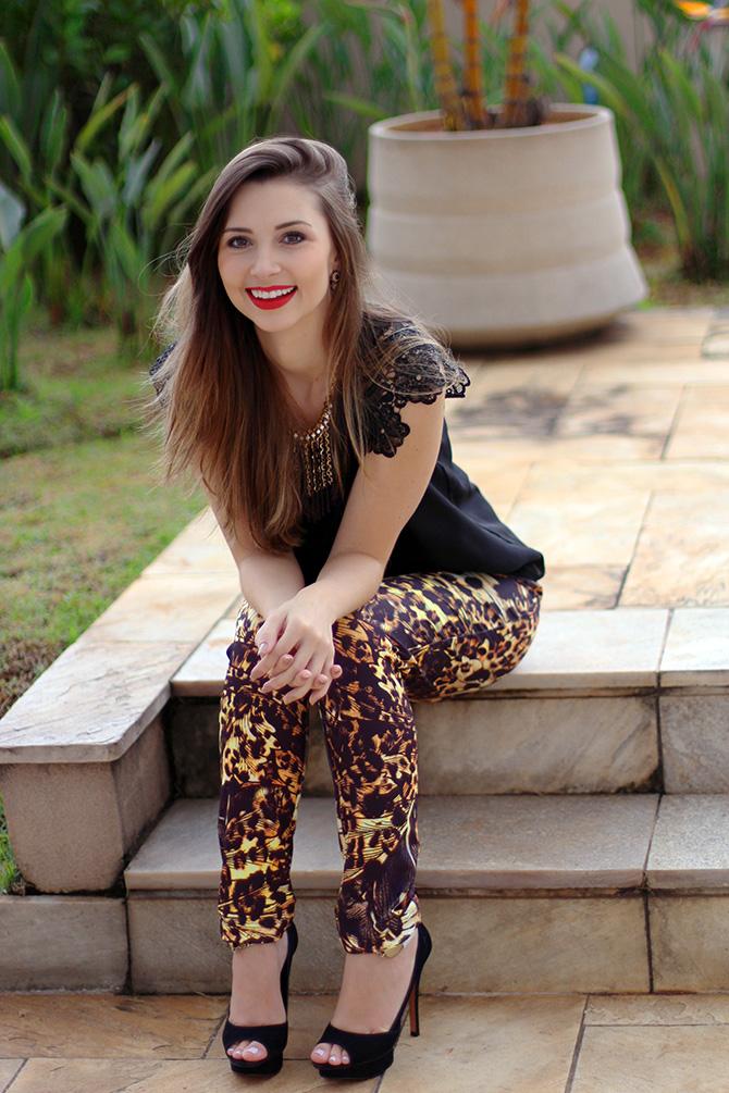 6-lookdodia calça estampada e blusa preta