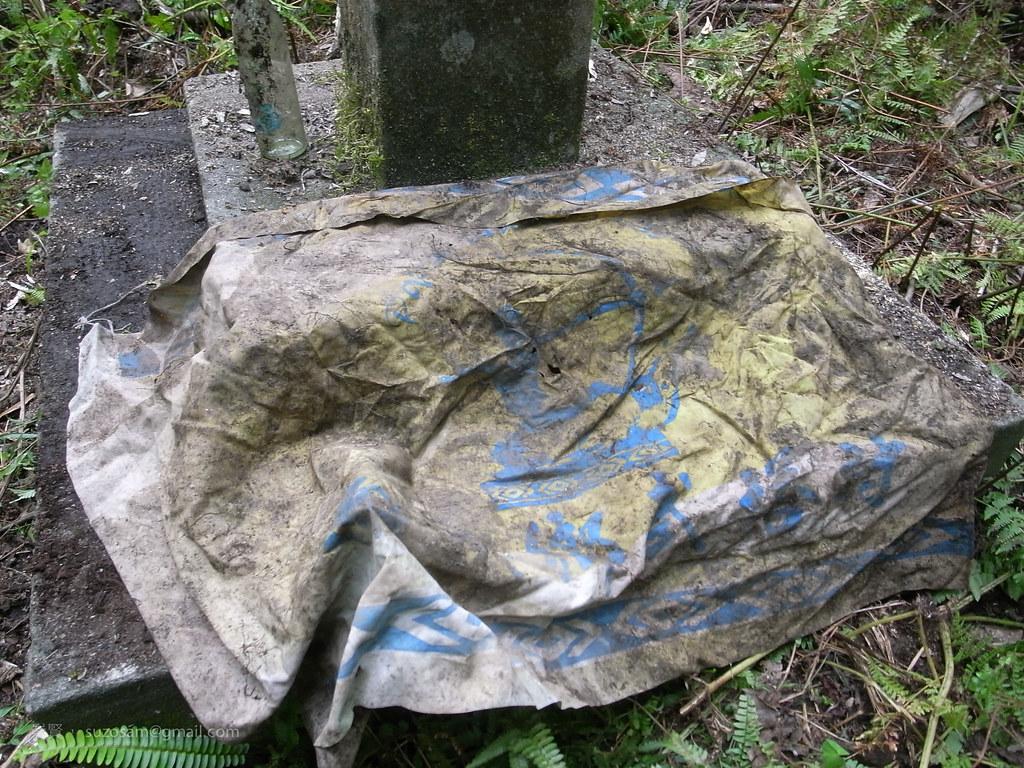 跟曉芬回來找手套,意外發現升旗臺旁,稍被土覆蓋的旗幟