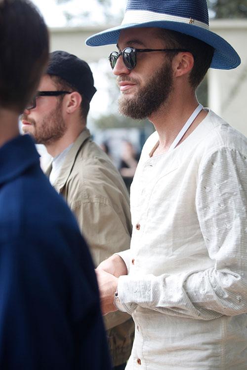 白ノーカラースラブシャツ+青ストローハット