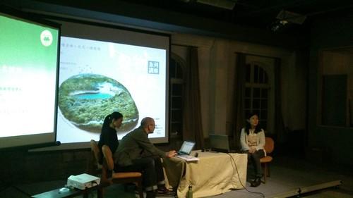 澎葉生(左)與楊懿如(右)在聲物狂想曲中,就各自專業激盪出對蛙聲鳴響世界的見解火花;攝影:林倩如。