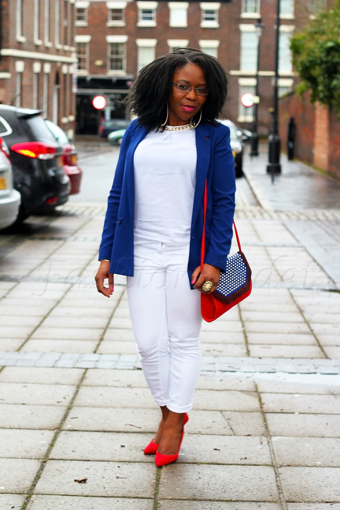 how-to-wear-white-on-white, how to wear white on white, white jeans, white denim, white trousers, white pants, white top, white blouse, blue blazer, long blazer, blue long blazer, white on white trend, red stilettos, red heels, red pointed heels, red pumps, blue long blazer