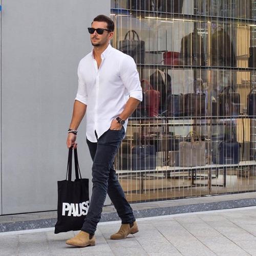 白シャツ×ブラックジーンズ×キャメルサイドゴアブーツ
