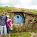 Obligatoriskt foto framför slumpmässigt hobbit hus by appel