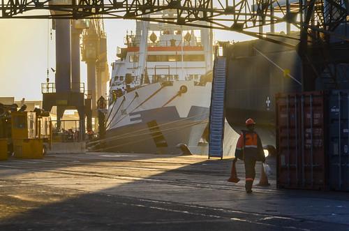 Coucher de soleil léger dans le port de Walvis Bay