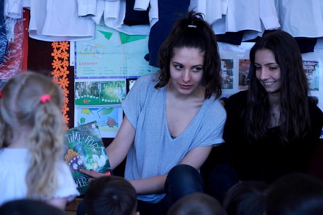 Uczniowie czytają przedszkolakom w języku angielskim
