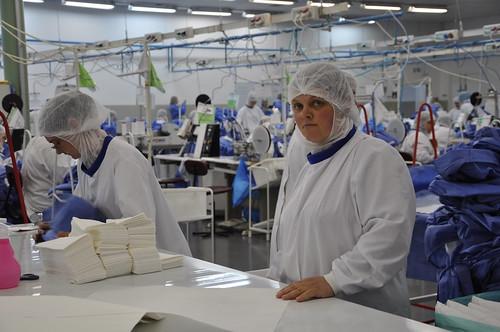 Послу Португалії показали, як в Гощі шиють медичні халати
