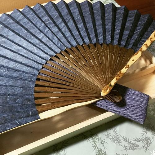 今回の旅にいちばん大切な買い物することでは、京都から和式扇子を買うことです。三百年くらい前にこの店が開業したから、デザインのセンスがいいと思う。このタイプは私のいちばんすきなんですが、値段を聞かないでください。😝😝 幸せな!