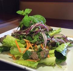 Thai beef salad en San Antonio. Saeb thai & noodles.