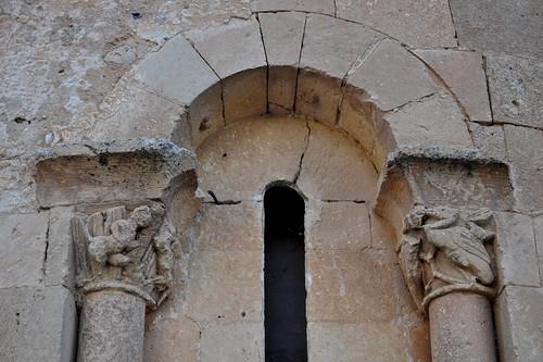 San Pedro de Gaíllos (Segovia). Iglesia de San Pedro. Ábside. Ventana. Detalle