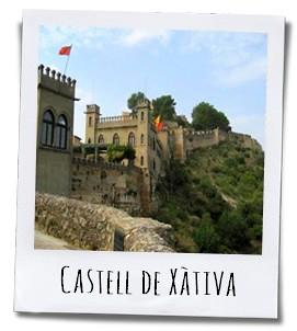 Het eerste wat je opvalt als je aan komt rijden is het prachtig gerenoveerde kasteel boven op de heuvel dat waakt over de stad
