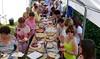 Frauen am Tortenbuffett, ein weiteres Merkmal der Veranstaltungen der Banater Schwaben