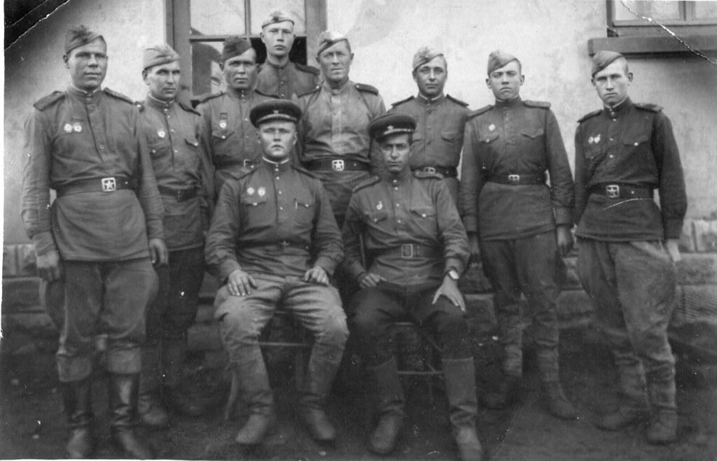 Прадедушка стоит вторым слева среди своих боевых товарищей, артиллеристов-зенитчиков