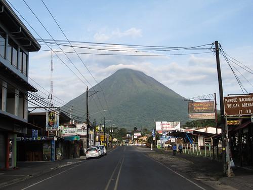 La Fortuna: vue sur le volcan Arenal depuis la rue principale