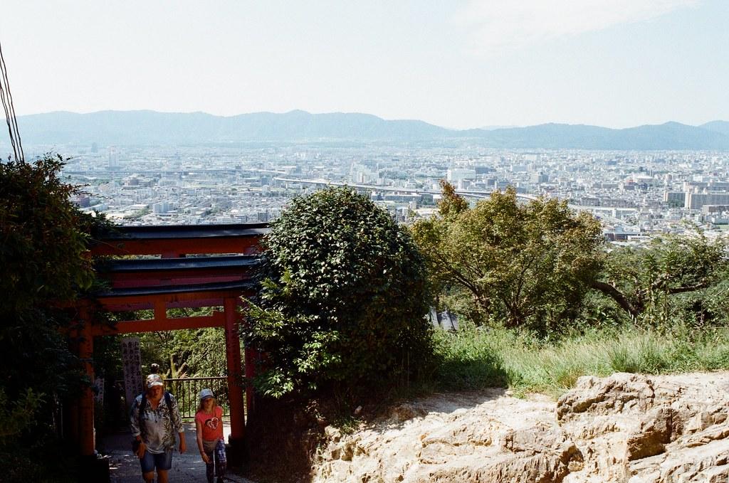 伏見稻荷 京都 Kyoto, Japan / Kodak ColorPlus / Nikon FM2 終於爬到稻荷山山頂!  一定不可能原地折返,所以就在繼續往前走。  Nikon FM2 Nikon AI AF Nikkor 35mm F/2D Kodak ColorPlus ISO200 0993-0023 2015/09/29 Photo by Toomore