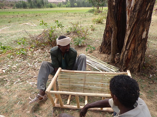 Farmers constructing Ethio-ribrab beehive (Photo:ILRIL\LIVES)