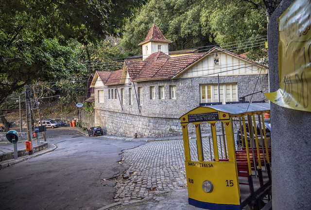Pelas ruas da Charmosa Santa Teresa com uma bela casa enxaimel e um mini-bonde... Rio de Janeiro, Brasil.