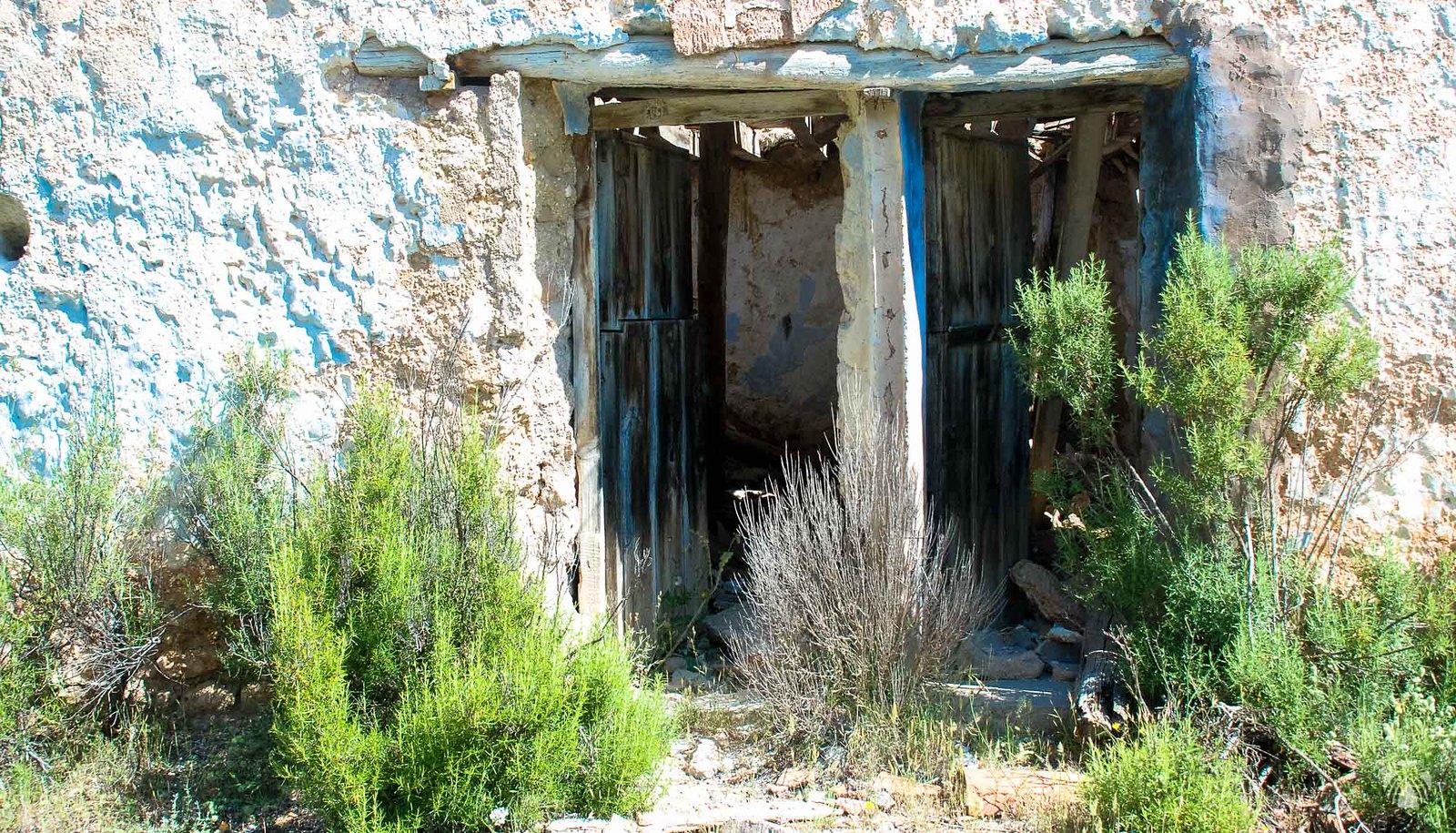 Puertas gemelas en el cortijo del Mulón