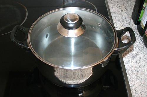 08 - Topf mit Wasser für Nudeln aufsetzen / Bring water for noodles to a boil