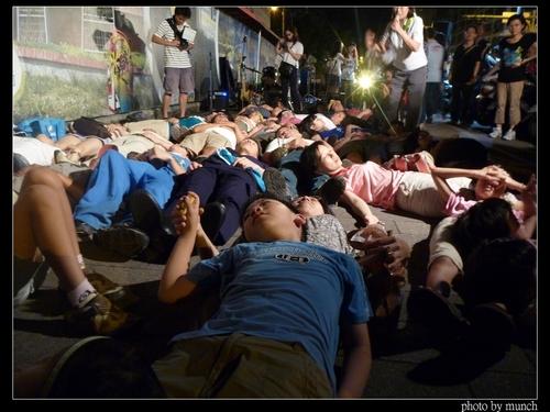 晚會「希望松菸有森林」參加者躺在人行道護樹。攝影:Munch