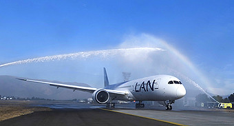 LAN B787-9 water salute SCL (LATAM Airlines)