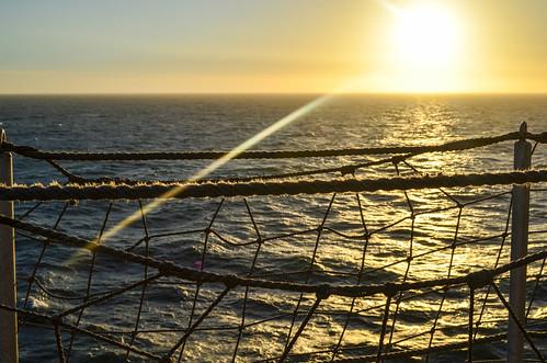 Coucher du soleil et des filets en mer