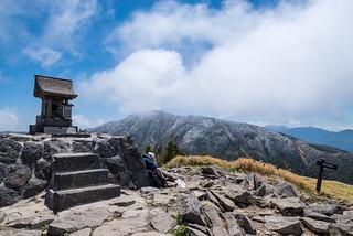 根子岳山頂の祠と四阿山
