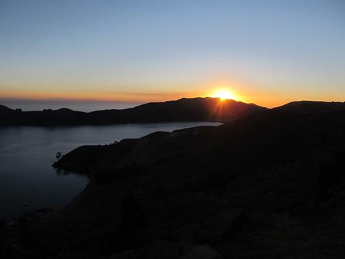 Lac Titicaca: coucher du soleil sur l'Isla del Sol à 4010m d'altitude