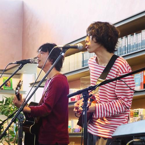 小川コータ&とまそんさん、演奏中。