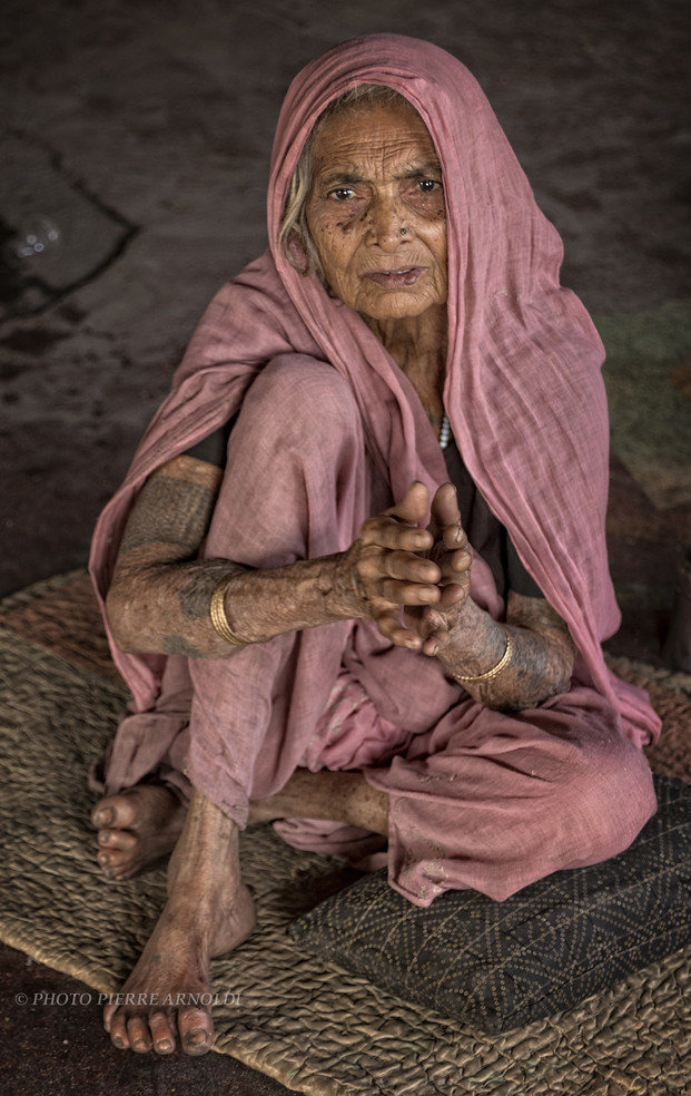 VARANASI : PORTRAIT DUNE VIEILLE FEMME