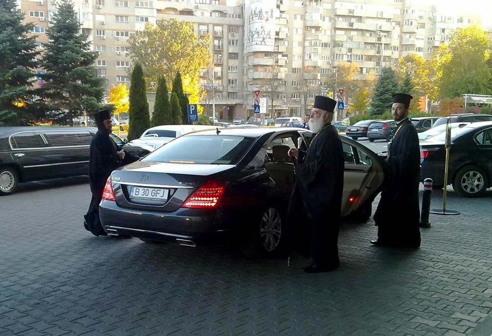 Călugări cu limuzina mercedes