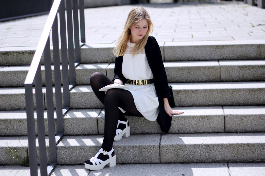 outfit-blogger-sitting-treppe-kleid-moschino-asos-tasche-blonde-wind
