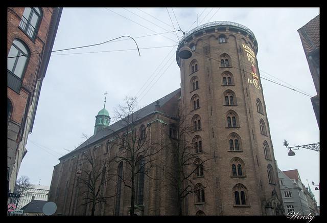 Torre redonda unida a la iglesia de la Trinidad