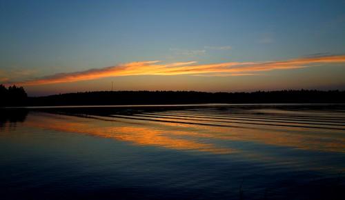 summer cloud lake reflection water finland evening waves serene juhannus lakescape kivijärvi inexplore luumäki kokonniemi pahainlahti sakarip inexplore28062016