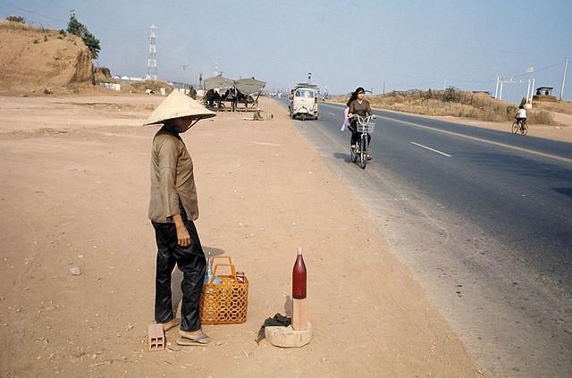 1974 INDOCHINA 20 YEARS AFTER - Xa lộ Saigon-Biên Hòa - Bán xăng lẻ