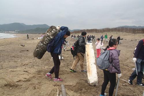 家扶小朋友專注挑戰大體積海廢。攝影:洪郁婷