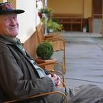 Hans Keller, 2ter Hausmeister im Heimathaus. Auf diesen Stühlen saßen die Billeder vor rund 50 Jahren im Freilichtkino gegenüber, wo in warmen Sommernächten insbesondere sowjetische Kriegs- sowie westliche Kostümfilme vorgeführt wurden.