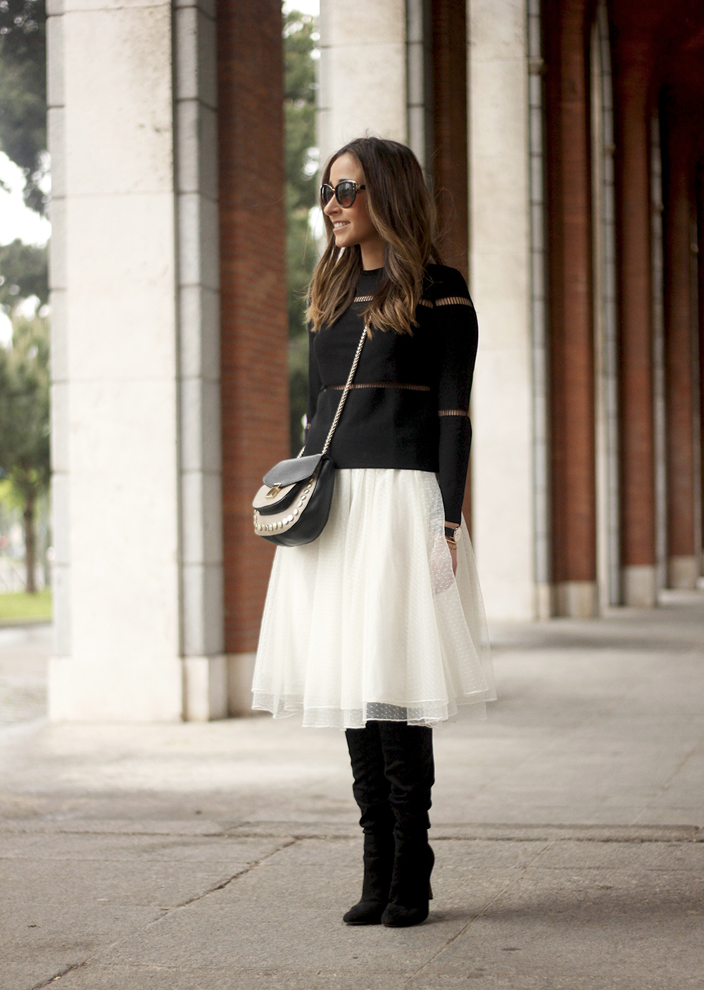 Tulle white skirt over the knee boots black sweater spring rainy day uterqüe bag fashion outfit04