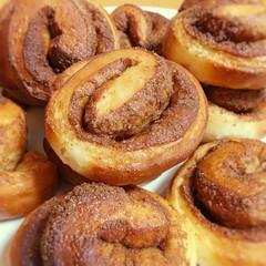 初シナモンロール焼いてみた〜! *\(^o^)/* 上出来🎶やりよるな私Part2 😆←自画自賛 甘さ抑えめバージョンなので、アイシングなし👍  I baked cinnamon rolls today for first time! Yum yum🎶  #シナモンロール #手作りパン #手作り #ホームメイド #おいしい#cinnamonroll #homemadebread #homemade #delicious #food