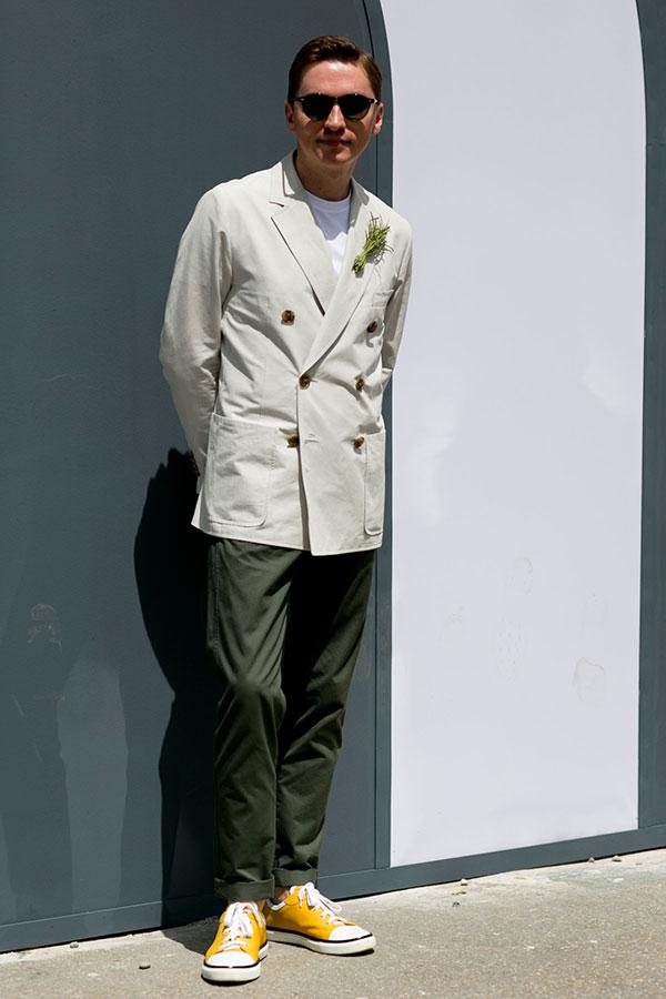 白ダブルブレストジャケット×白Tシャツ×カーキチノパン×オールスター黄