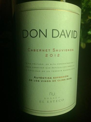 """Cafayate: du vin rouge pour la BBQ organisé à l'hôtel, où nous goûterons au """"chorripan"""" (du chorrizo dans un morceau de baguette)"""