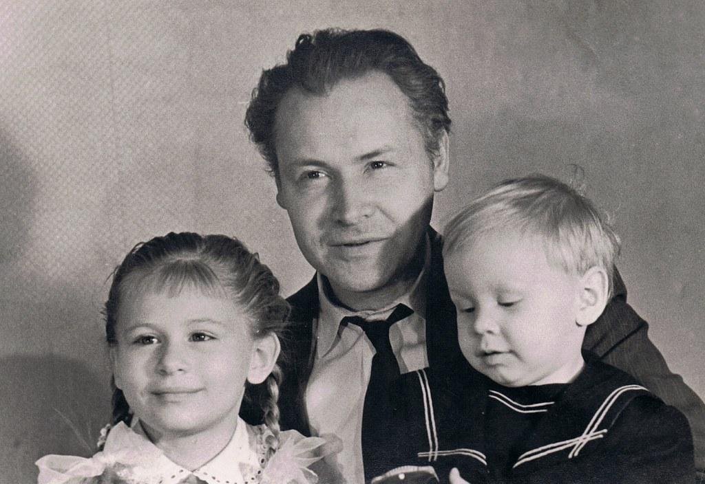 Александр Николаев с дочерью Олей и сыном Митей. 1962 год