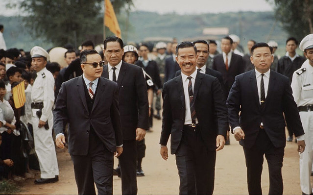QUANG TRI 1966 - Prisoners Released at 17Th Parallel - by Larry Burrows