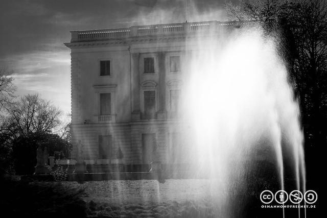 Wassersturm am weißen Haus